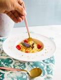 Traditionelle italienische Teigwaren mit Tomaten und Basilikum in der Platte mit Gabel Stockbild
