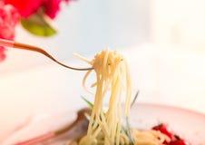 Traditionelle italienische Teigwaren mit Tomaten und Basilikum in der Platte mit Gabel Stockfoto