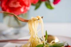 Traditionelle italienische Teigwaren mit Tomaten und Basilikum in der Platte mit Gabel Stockfotos