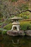 Traditionelle japanease Gartenlampe Lizenzfreie Stockbilder