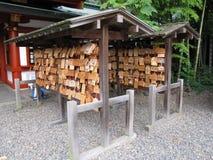 Traditionelle Japaner stehen mit kleinen hölzernen Plaketten mit Wünschen und Gebeten Lizenzfreies Stockbild