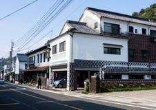 Traditionelle japanische Handelshäuser in der Stadt von Arita, Geburtsort des japanischen Porzellans stockbild