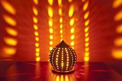 Traditionelle japanische Laterne mit Kerze nach innen Lizenzfreie Stockbilder