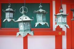 Traditionelle japanische metallische Bronzelaterne Stockfotos