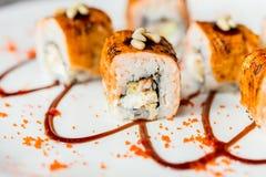 Traditionelle japanische Sushirollen im Restaurant Stockfotos