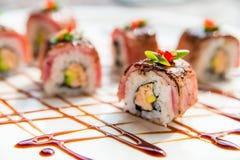 Traditionelle japanische Sushirollen im Restaurant Stockfotografie
