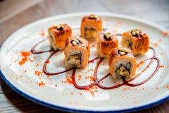 Traditionelle japanische Sushirollen im Restaurant Lizenzfreie Stockfotografie