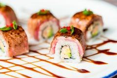 Traditionelle japanische Sushirollen im Restaurant Lizenzfreie Stockbilder