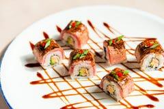 Traditionelle japanische Sushirollen im Restaurant Lizenzfreie Stockfotos