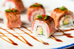 Traditionelle japanische Sushirollen im Restaurant Stockfoto