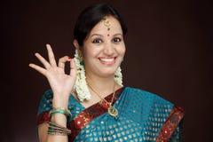 Traditionelle junge indische Frau, die OKAYzeichen macht Lizenzfreie Stockfotografie