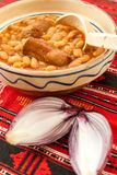 traditionelle Küchebohnen mit Wurst und roter Zwiebel Lizenzfreie Stockfotos