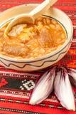 traditionelle Küchebohnen mit Wurst und roter Zwiebel Stockbild