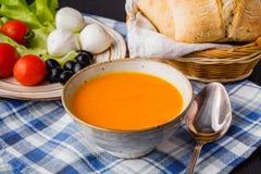 Traditionelle Kürbissuppe, selbst gemacht mit Brot lizenzfreies stockfoto