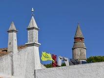 Traditionelle Kamine auf einem Hausdach in Portugal lizenzfreie stockbilder