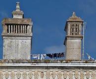 Traditionelle Kamine auf einem Hausdach in Portugal stockbilder