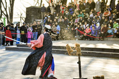 Traditionelle Kampfkunstausführende an Seoul-Turm Lizenzfreie Stockbilder