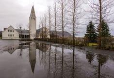 Traditionelle Kirche nahe See in Island Isländische Kirche mit t stockfotos