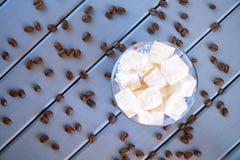 Traditionelle klassische weiße türkische Freude - östliche türkische Zartheit Gebratene Kaffeebohnen H?lzerner Hintergrund stockfoto