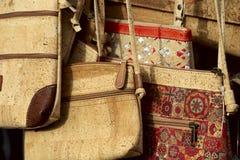 Traditionelle Korkentaschen auf dem Geschäftsfenster auf dem Markt stockfoto