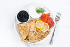 Traditionelle Krepps mit Fischen, Sauerrahm und Kaviar, Draufsicht Lizenzfreies Stockfoto