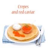 Traditionelle Krepps mit rotem Kaviar und dem Sauerrahm, lokalisiert Stockbild