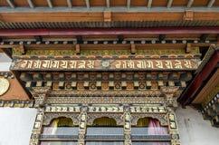 Traditionelle kulturelle Dacharchitektur von Bhutan auf Fenster Stockbilder