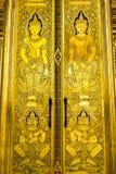 Traditionelle Kunst auf siamesischer Tempeltür Stockbilder