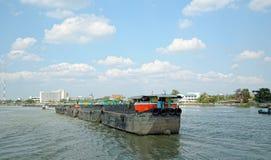 Traditionelle Lastkähne auf dem Chao Phraya Lizenzfreie Stockfotos