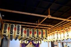 Traditionelle lichttechnische Ausrüstung der Laterne oder der Lampe an Hozenji-Tempel Lizenzfreie Stockbilder