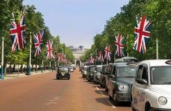 Traditionelle London-Taxis, schwarze Fahrerhäuser Lizenzfreie Stockfotografie