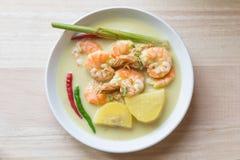 Traditionelle malaysische Küche Udang Masak Lemak- Garnelenkoch mit Gelbwurzkräutern, -Kokosmilch, -gewürzen und -kartoffel lizenzfreie stockfotografie