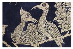 Traditionelle Malerei muster-Designhintergrundes der aufwändigen thailändischen Motivpaarvögel der Kunst goldenen des Blumen, Gra Lizenzfreie Stockfotografie