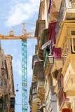 Traditionelle maltesische Balkone mit Baukran Stockfotografie