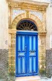 Traditionelle marokkanische blaue Tür in Medina Stockbild