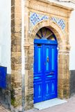 Traditionelle marokkanische blaue Tür in Medina Stockbilder