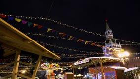 Traditionelle Messe auf Rotem Platz, Weihnachtsbäume, Dekorationen, Samowar stock video footage