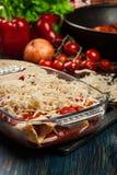 Traditionelle mexikanische Enchiladas mit Hühnerfleisch, würziger Tomatensauce und Käse im hitzebeständigen Teller Stockfoto