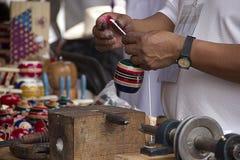 Traditionelle mexikanische Spielwaren handgefertigte 2 Trompos stockbild