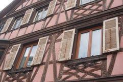 traditionelle mittelalterliche Architektur im elsässischen Dorf Stockfotografie