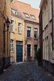 Traditionelle mittelalterliche Architektur, schmale gepflasterte Straße mit Backsteinhäusern mit roten mit Ziegeln gedeckten Däch lizenzfreie stockbilder