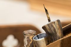 Traditionelle mittelalterliche Schreibenskalligraphie-Beleuchtungswerkzeuge, Tinte Stockfotografie