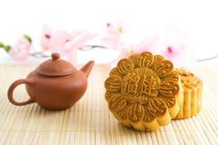 Traditionelle Mooncakes mit Teekanne Stockfoto