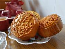 Traditionelle Nahrung für das chinesische mittlere Herbstfestival auf Weiß lizenzfreie stockfotografie