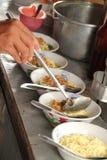 Traditionelle Nahrung klemmt am ausbreitenden Klungkungs-Markt fest Stockfotos