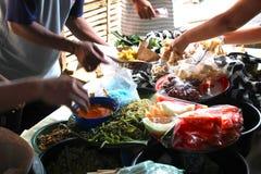 Traditionelle Nahrung klemmt am ausbreitenden Klungkungs-Markt fest Stockfotografie