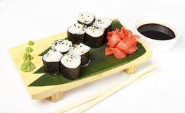Traditionelle neue japanische Sushirollen mit Garnele Stockfotos