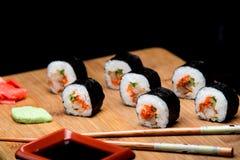 Traditionelle neue japanische Sushirollen mit Garnele und Kaviar Stockfotografie
