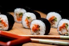Traditionelle neue japanische Sushirollen mit Garnele und Kaviar Lizenzfreie Stockfotos