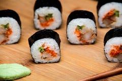 Traditionelle neue japanische Sushirollen mit Garnele und Kaviar Lizenzfreie Stockfotografie